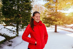 muchacha feliz que ríe, gozando de nieve de la vida en el invierno al aire libre Fotografía de archivo libre de regalías