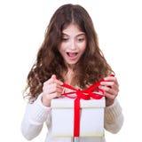 Muchacha feliz que recibe el regalo Fotos de archivo libres de regalías