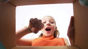 Muchacha feliz que saca los auriculares de la caja de regalo almacen de video