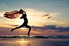 Muchacha feliz que salta en la playa Fotos de archivo libres de regalías