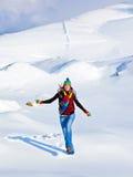 Muchacha feliz que se ejecuta en la nieve Fotografía de archivo libre de regalías