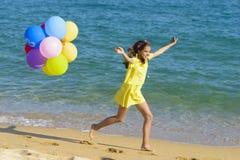 Muchacha feliz que se ejecuta en la playa imagen de archivo