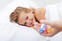 Muchacha feliz que se recupera de enfermedad con la medicina homeopática Imágenes de archivo libres de regalías