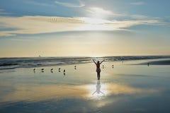 Muchacha feliz que se relaja en la playa Fotos de archivo