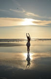 Muchacha feliz que se relaja en la playa Fotografía de archivo