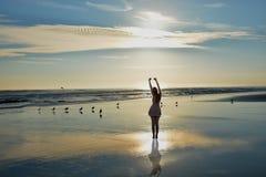 Muchacha feliz que se relaja en la playa Foto de archivo