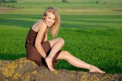 Muchacha feliz que sonríe y que se divierte al aire libre Foto de archivo