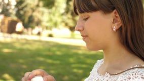 Muchacha feliz que sopla burbujas de jab?n hermosas en el parque en primavera, verano y la sonrisa C?mara lenta El viajar de la c metrajes