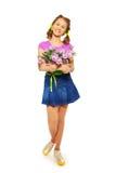 Muchacha feliz que sostiene el cubo con los tulipanes rosados Fotografía de archivo libre de regalías