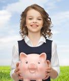 Muchacha feliz que sostiene la hucha Imágenes de archivo libres de regalías