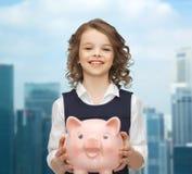 Muchacha feliz que sostiene la hucha Fotografía de archivo libre de regalías