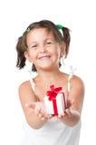 Muchacha feliz que sostiene un regalo fotografía de archivo