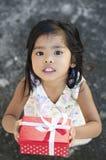 Muchacha feliz que sostiene un regalo Fotos de archivo libres de regalías