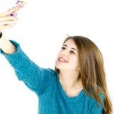 Muchacha feliz que toma el selfie en estudio Imagenes de archivo