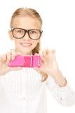 Muchacha feliz que toma la imagen con el teléfono celular Fotos de archivo libres de regalías