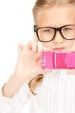 Muchacha feliz que toma la imagen con el teléfono celular Imagenes de archivo