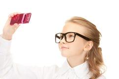 Muchacha feliz que toma la imagen con el teléfono celular Fotografía de archivo libre de regalías
