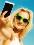 Muchacha feliz que toma la imagen del uno mismo con smartphone Fotografía de archivo libre de regalías