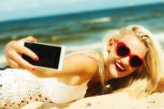 Muchacha feliz que toma la imagen del uno mismo con smartphone Fotos de archivo libres de regalías