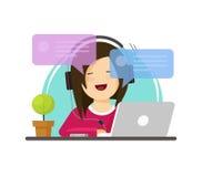 Muchacha feliz que trabaja en el ordenador en el vector de la opinión de la fuente del escritorio del trabajo, el carácter plano  Fotos de archivo libres de regalías