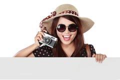 Muchacha feliz que va el las vacaciones que sostienen el papel en blanco Imagenes de archivo