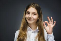 Muchacha feliz Retrato del primer de adolescente hermoso en aislante sonriente de la autorización de la demostración de la camisa Imagen de archivo