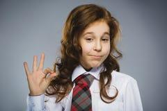 Muchacha feliz Retrato del primer de adolescente hermoso en la autorización sonriente de la demostración de la camisa sport en fo Fotografía de archivo
