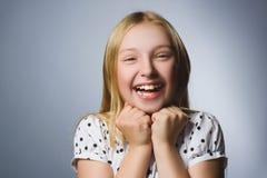 Muchacha feliz Retrato del primer de adolescente hermoso en la camisa sport que sonríe mientras que se opone a fondo gris Fotografía de archivo