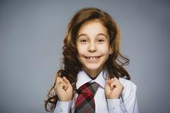 Muchacha feliz Retrato del primer de adolescente hermoso en la camisa sport que sonríe mientras que se opone a fondo gris Fotos de archivo libres de regalías
