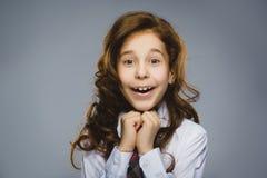 Muchacha feliz Retrato del primer de adolescente hermoso en la camisa sport que sonríe mientras que se opone a fondo gris Foto de archivo libre de regalías