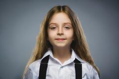 Muchacha feliz Retrato del primer de adolescente hermoso en la camisa sport que sonríe mientras que se opone a fondo gris Foto de archivo