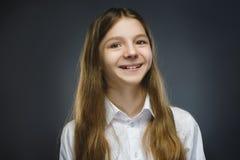 Muchacha feliz Retrato del primer de adolescente hermoso en la sonrisa de la camisa sport aislada en fondo gris Foto de archivo libre de regalías