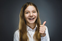 Muchacha feliz Retrato del primer de adolescente hermoso en pulgar sonriente de la demostración de la camisa sport para arriba en Fotografía de archivo libre de regalías