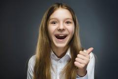Muchacha feliz Retrato del primer de adolescente hermoso en pulgar sonriente de la demostración de la camisa sport para arriba en Fotos de archivo libres de regalías