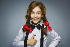 Muchacha feliz Retrato del primer de adolescente hermoso en pulgar sonriente de la demostración de la camisa sport para arriba en Fotografía de archivo