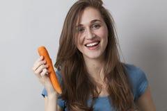 Muchacha feliz 20s con el símbolo de verduras a disposición Foto de archivo
