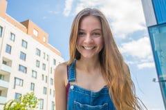 Muchacha feliz sonriente del adolescente en ciudad del verano Fotografía de archivo libre de regalías