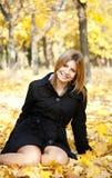 Muchacha feliz sonriente en parque del otoño Fotografía de archivo libre de regalías