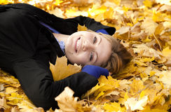Muchacha feliz sonriente en parque del otoño Fotografía de archivo