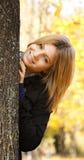 Muchacha feliz sonriente en parque del otoño Fotos de archivo