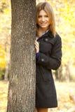 Muchacha feliz sonriente en parque del otoño Foto de archivo libre de regalías