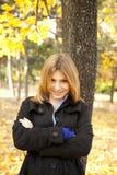 Muchacha feliz sonriente en parque del otoño Fotos de archivo libres de regalías