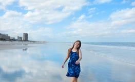 Muchacha feliz, sonriente que camina en la playa Fotos de archivo