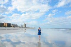 Muchacha feliz sonriente que camina en la playa hermosa Foto de archivo libre de regalías