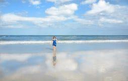 Muchacha feliz sonriente que corre en la playa hermosa Fotografía de archivo