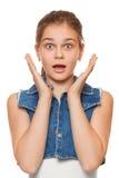 Muchacha feliz sorprendida del adolescente en el entusiasmo Aislado sobre el fondo blanco Fotos de archivo libres de regalías