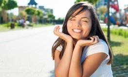 Muchacha feliz y alegre que sonríe afuera en luz del sol Fotos de archivo libres de regalías