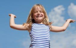 Muchacha feliz y cielo azul Fotos de archivo libres de regalías