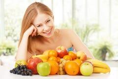 Muchacha feliz y comida vegetariana sana, fruta Imagen de archivo