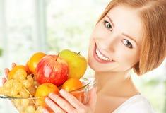 Muchacha feliz y comida vegetariana sana, fruta Fotos de archivo libres de regalías